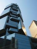 Immeuble de bureaux reflété Photographie stock libre de droits