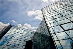 Immeuble de bureaux se reflétant photographie stock libre de droits