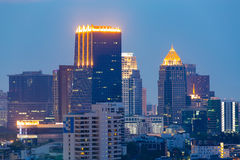 Immeuble de bureaux sur la ville de Bangkok Photo stock