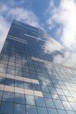 Immeuble de bureaux sur le fond de ciel avec la réflexion de nuages images libres de droits