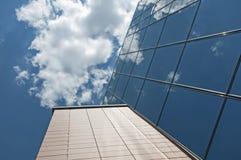 Immeuble de bureaux sur un ciel bleu images stock
