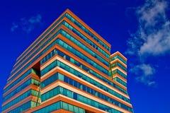 Immeuble de bureaux sur un fond d'un ciel bleu Image libre de droits