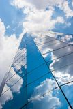 Immeuble de bureaux un jour nuageux Ciel bleu à l'arrière-plan droite photographie stock