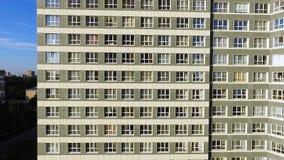 Immeuble exécutif moderne et nouvel clip Une grande fenêtre dans un immeuble Beaucoup de fenêtres sur l'immeuble de brique Photos libres de droits