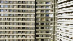 Immeuble exécutif moderne et nouvel clip Une grande fenêtre dans un immeuble Beaucoup de fenêtres sur l'immeuble de brique Images libres de droits
