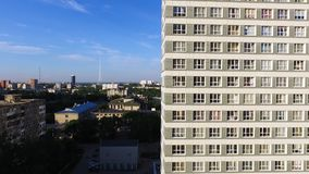 Immeuble exécutif moderne et nouvel clip Une grande fenêtre dans un immeuble Beaucoup de fenêtres sur l'immeuble de brique Photos stock