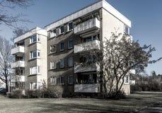 Immeuble laid au bord d'une ville industrielle photo libre de droits