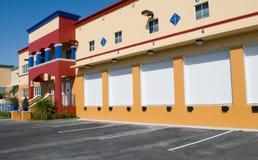 Immeuble moderne d'entrepôt et de bureaux Photo libre de droits