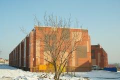 Immeuble ompleted par  de brique de Ñ photographie stock libre de droits