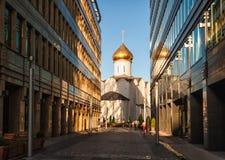 Immeubles d'église orthodoxe et de bureaux à Moscou, Russie Photos stock