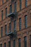 Immeubles de brique avec les escaliers extérieurs de sortie de secours Photos stock