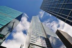 Immeubles de bureaux à New York City avec le ciel nuageux photo stock