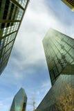 Immeubles de bureaux ayant beaucoup d'étages atteignant pour le ciel de midi Images stock