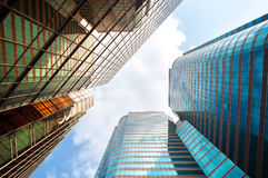 Immeubles de bureaux ayant beaucoup d'étages reflétés, Hong Kong Photographie stock