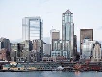 Immeubles de bureaux d'horizon de ville au crépuscule sur le compartiment Image libre de droits