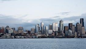 Immeubles de bureaux d'horizon de ville au crépuscule sur le compartiment Photo stock