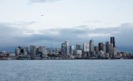 Immeubles de bureaux d'horizon de ville au crépuscule sur le compartiment Photographie stock