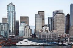 Immeubles de bureaux d'horizon de ville au crépuscule sur le compartiment Photos stock