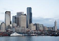 Immeubles de bureaux d'horizon de ville au crépuscule sur le compartiment Images stock