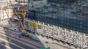 Immeubles de bureaux dans la baie d'affaires avec le chantier de construction et le timelapse de grue banque de vidéos