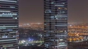Immeubles de bureaux dans le timelapse de nuit de secteur de tours de lac Jumeirah à Dubaï banque de vidéos