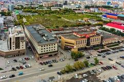 Immeubles de bureaux et terre de rebut Tyumen Russie Image libre de droits