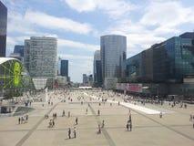 Immeubles de bureaux modernes de skycraper - la défense de La à Paris image stock