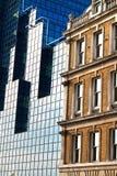 Immeubles de bureaux modernes et vieille maison Images stock