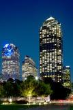 Immeubles de bureaux pendant la nuit de Dallas de ville photos stock