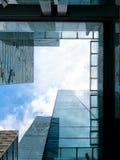 Immeubles de bureaux, regardant-vers le haut Photos libres de droits