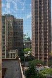 Immeubles de cathédrale et de bureaux reflétés Photos stock