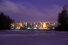 Immeubles de Mseno dans Jablonec NAD Nisou la nuit Image libre de droits