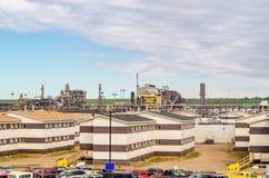 Immeubles et usine de bureaux d'usine de raffinerie de pétrole avec tuyaux Photo stock