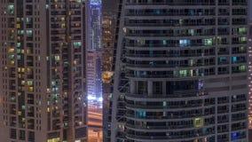 Immeubles résidentiels et de bureaux dans le timelapse de nuit de secteur de tours de lac Jumeirah à Dubaï clips vidéos