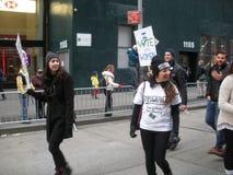 Immigrant aus einem vom Krieg zerrütteten Land, Frauen ` s März, NYC, NY, USA Stockbild