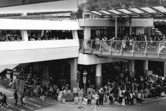 Immigrati clandestini senza tetto poveri che dormono sotto il ponte dello skywalk in Hong Kong China fotografia stock libera da diritti