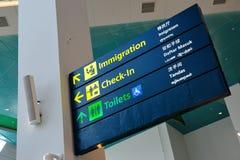 Immigration-, Abfertigungs- und Toilettenzeichen stockfoto