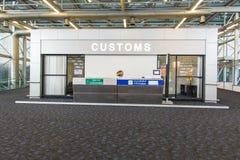 Immigrations-Zollkontrollezähler am Flughafen Stockbilder