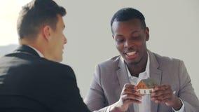 Immobiliën zwarte agent met de mens die contract in wit bureau ondertekenen stock footage