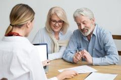 Immobilienagentur, die den Hausplan konsultiert gealterten älteren Coup zeigt lizenzfreie stockfotos