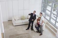 Immobilienagentur-Showing Couple New-Haus lizenzfreies stockbild