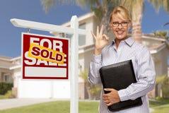 Immobilienagentur vor Verkaufszeichen und Haus Stockfoto