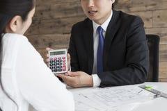Immobilienagenturen, zum der Miete zu berechnen lizenzfreies stockfoto