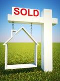 Immobilienhaus verkaufte Konzeptzeichen mit Himmelhintergrund Stockbilder