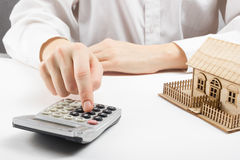 Immobilienkonzept - Geschäftsmann, der hinter Hauptarchitekturmodell zählt stockbilder