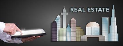 Immobilienkonzept mit dem Mann, der eine Tablette verwendet Lizenzfreies Stockbild