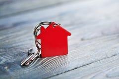 Immobilienkonzept, Schlüsselring und Schlüssel auf hölzernem Hintergrund Stockbild