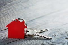 Immobilienkonzept, Schlüsselring und Schlüssel auf hölzernem Hintergrund Stockfotografie