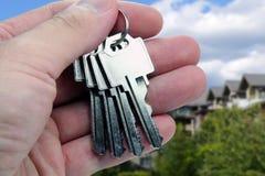 Immobilienmakler überreicht die Tasten lizenzfreies stockfoto