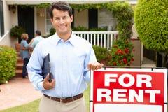 Immobilienmakler bei der Arbeit außerhalb eines Eigentums Stockbild